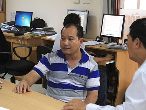Ông Huỳnh Hiền Sỹ đang đòi bồi thường chiếc xe SH bị mất tại trụ sở UBND phường 22, quận Bình Thạnh, TP HCM
