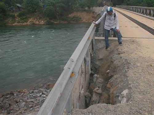 Một phần cầu dân sinh tại thủy điện Đăk Mi 4 đã bị sạt lở nặng