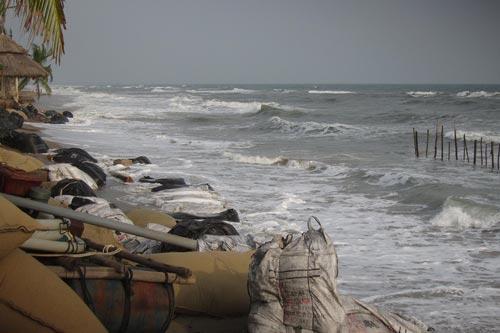 Sóng lớn gây sạt lở bờ kè, ăn sâu vào bờ gần 20 m tại bãi biển Cửa Đại, TP Hội An