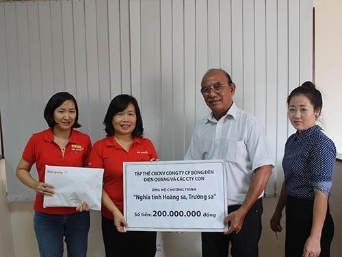 Bà Nguyễn Thị Kim Vinh, Phó Tổng Giám đốc Công ty CP Bóng đèn Điện Quang (thứ 2 từ trái qua), trao tiền ủng hộ Hoàng Sa, Trường Sa