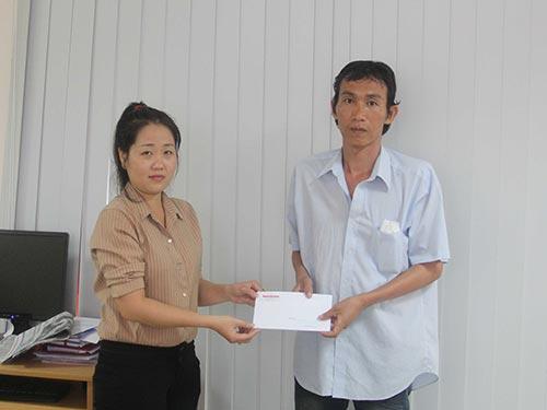 Đại diện Báo Người Lao Động trao tiền bạn đọc ủng hộ cho anh Trương Thanh Tuấn