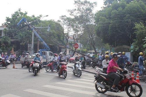 Công nhân ngành điện đang giải phóng bó dây điện khỏi mặt đường