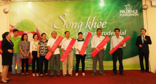 Người tham dự ngày hội nhận quà tri ân của Prudential Việt Nam