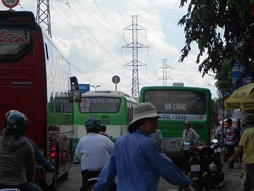 Đỗ xe bát nháo gây ùn ứ giao thông