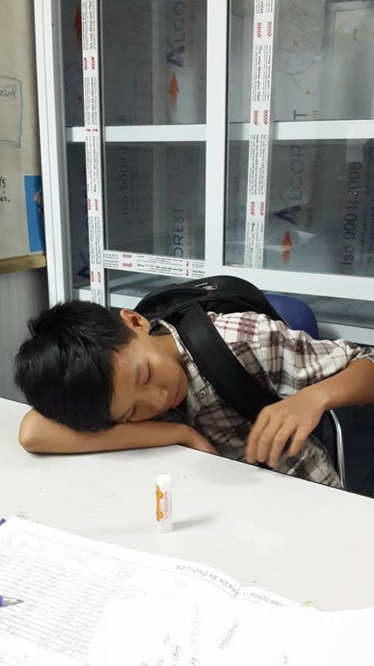 Do đói, khát, cậu bé tỏ ra mệt mỏi khi được gặp CSGT