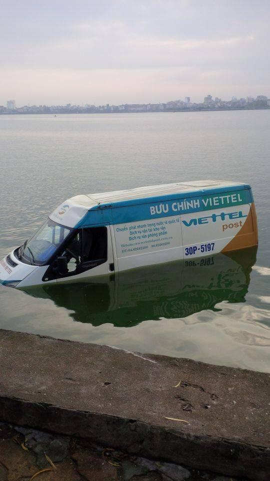 Chiếc xe ở dưới hồ