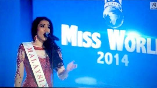 Hoa hậu Malaysia chiến thắng phần thi tài năng với giọng hát cao vút.