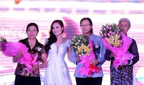 Vy Oanh bên những người phụ nữ thân yêu của mình