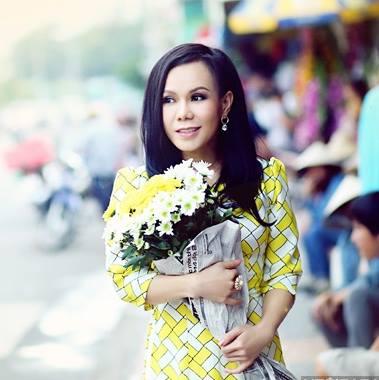 Việt Hương từng được giải Mai Vàng năm 2004 với vai Diễm trong vở kịch hài Sự cám dỗ dịu dàng.