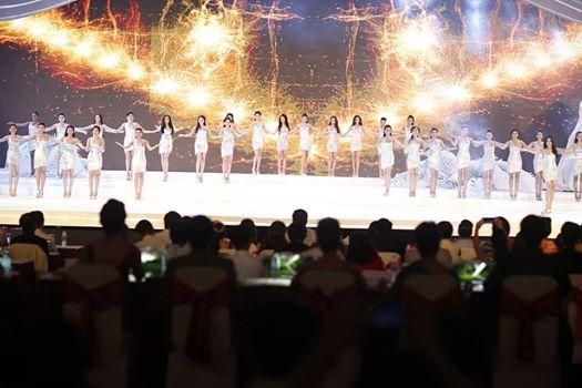 38 thí sinh ra sân khấu chào khán giả