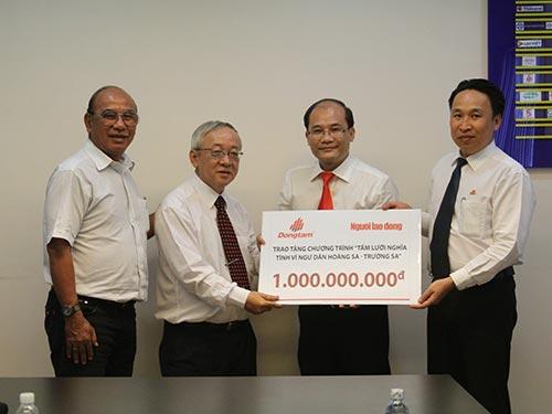Đại diện Công ty CP Đồng Tâm (thứ nhất và hai, từ phải qua) trao 1 tỉ đồng cho chương trình Tấm lưới nghĩa tìnhẢnh: Sỹ Đông