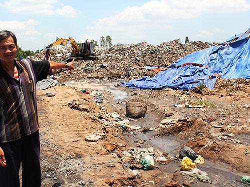 Bãi rác Ô Môn ở TP Cần Thơ gây ô nhiễm môi trường nghiêm trọng (trái). Trong khi đó, nhà máy xử lý rác hiện đại ở Vĩnh Long bỏ không