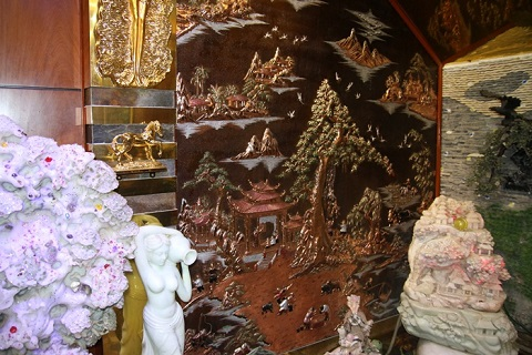 Do chủ nhân của căn biệt thự nên những chú tiểu mã mạ vàng được đặt nhiều trong nhà