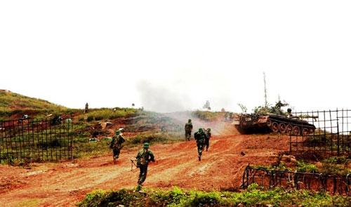 Xe tăng dẫn bộ binh vượt qua cửa mở, đánh chiếm mục tiêu.