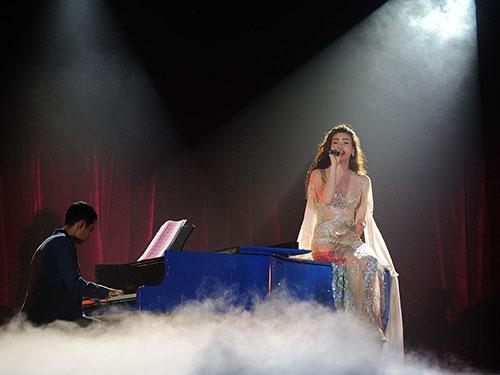 Ca sĩ Hồ Ngọc Hà trong live show kỷ niệm 10 năm ca hát của mình diễn ra tại TP HCM, chương trình được đánh giá đậm chất nghệ thuật Ảnh: Khôi Nguyên