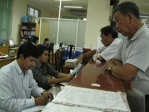 Người lao động làm thủ tục tại BHXH TP HCMẢnh: BẢO NGHI