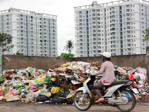 Trạm trung chuyển rác nằm lộ thiên, không có mái che, ô nhiễm rất nặng lại nằm gần khu dân cư