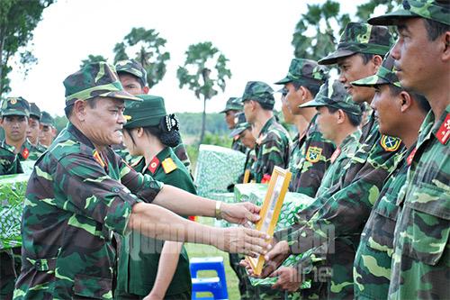 Trung tướng Nguyễn Phương Nam, Ủy viên Trung ương Đảng, Tư lệnh Quân khu 9 trao thưởng cho các đơn vị hoàn thành xuất sắc nhiệm vụ.