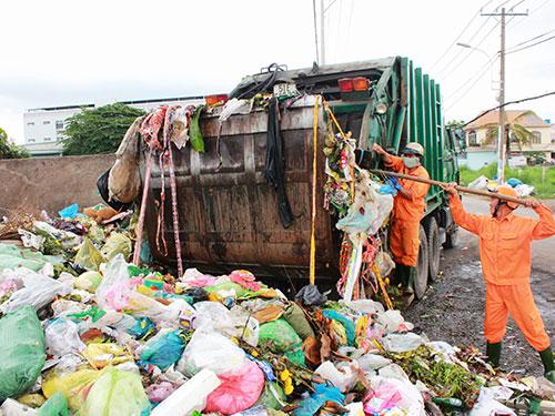 Trạm trung chuyển rác nằm giữa đường thường gây cản trở giao thông