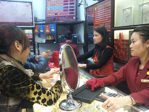 Khách đến mua vàng tại cửa hàng của Bảo Tín Minh Châu sáng 11-2.