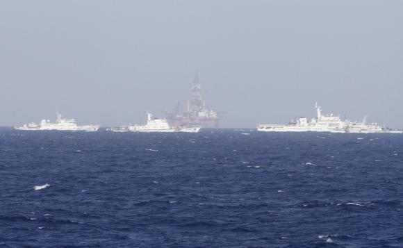 Tàu tuần tra Trung Quốc triển khai quanh giàn khoan Hải Dương 981. Ảnh: REUTERS