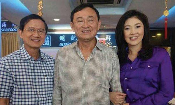 Bức ảnh chụp ông Thaksin (giữa), bà Yingluck (phải)  và Somchai Wongsawat(trái), em rể cựu Thủ tướng Thaksin, hôm 10-8. Ảnh: Bangkok Post
