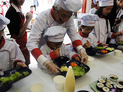 Các bé háo hức làm đầu bếp tại thành phố trẻ em Vietopia trong ngày khai trương