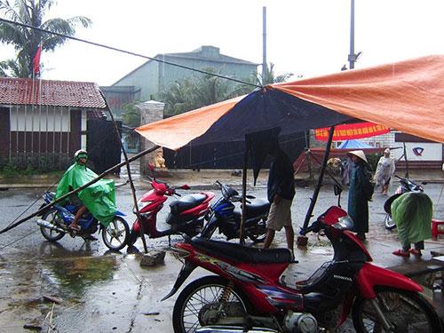 Người dân vẫn dựng lều trước cổng công ty khi buổi đối thoại đang diễn ra