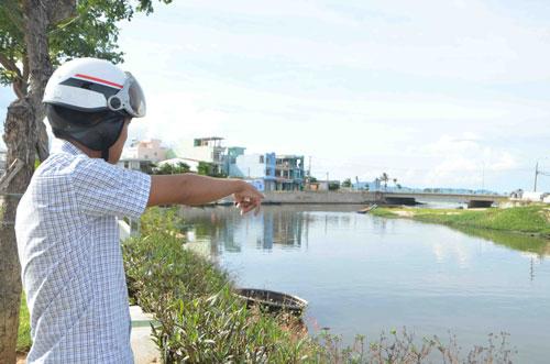 Nước sông Phú Lộc đổ ra biển quanh năm bốc mùi hôi và đen ngòm