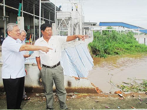 Ông Phan Văn Sáu, Bí thư Tỉnh ủy An Giang (bìa trái), khảo sát khu vực sạt lở trước khi ban bố tình trạng khẩn cấp
