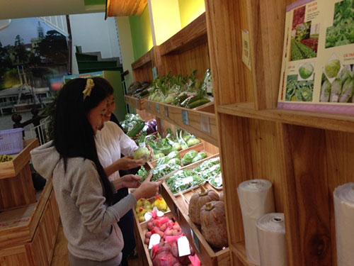 Khách chọn mua rau xanh tại cửa hàng 305 Phan Đình Phùng, quận Phú Nhuận, TP HCM