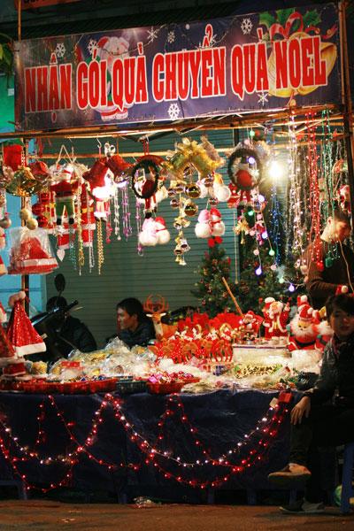 Hàng hóa phục vụ lễ Noel bày bán trên phố Hàng Mã, quận Hoàn Kiếm, Hà Nội Ảnh: PHƯƠNG NHUNG