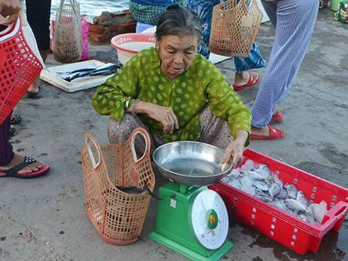 Bà Nguyễn Thị Châu thấy yên tâm hơn khi sử dụng giỏ nhựa đi chợ thay vì túi ni-lông
