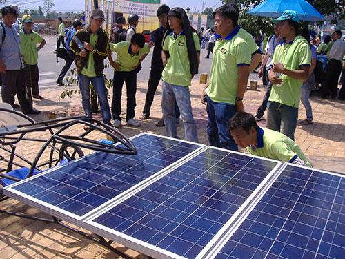 Một nhóm sinh viên hào hứng với giải pháp sử dụng pin năng lượng mặt trời giúp tiết kiệm năng lượng