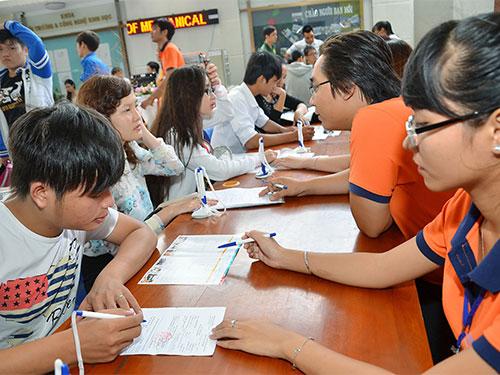 Thí sinh đăng ký xét tuyển vào Trường ĐH Công nghệ TP HCM Ảnh: TẤN THẠNH