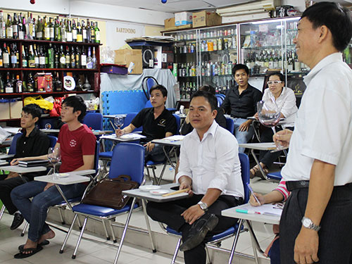 Học viên Trường Trung cấp Âu Việt trong giờ học về pha chế rượu