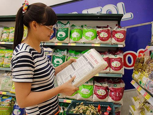 Chọn mua gạo nội giống ngoại tại siêu thị Lotte Mart Ảnh: TRẦN TUẤN
