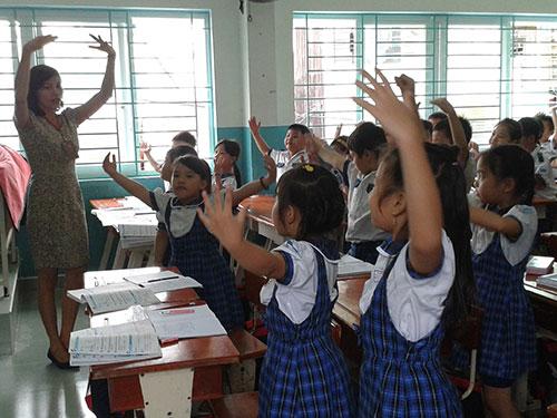 Cô Lê Thị Hằng, giáo viên dạy nhạc Trường Tiểu học Trần Quốc Toản (quận 7, TP HCM), trong giờ dạy