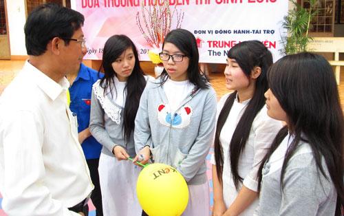 Tiến sĩ Nguyễn Đức Nghĩa tư vấn cho thí sinh về tuyển sinh vào ĐHQG TP HCM  Ảnh: HUY LÂN