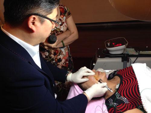 GS Kwon HanJin, giám đốc đại diện của hệ thống Dermaster (Hàn Quốc), thực hiện ca nâng và căng da mặt không cần phẫu thuật cho khách hàng tại Việt Nam