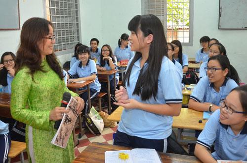 Cô Hoàng Thị Thu Hiền trong một tiết dạy văn tại Trường THPT chuyên Lê Hồng Phong  Ảnh: TẤN THẠNH