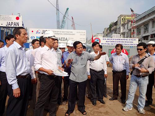 Phó Chủ tịch UBND TP HCM Nguyễn Hữu Tín (đứng giữa) kiểm tra tiến độ phố đi bộ Nguyễn Huệ