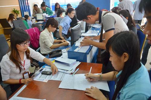 Thí sinh nộp hồ sơ xét tuyển năm 2014 tại Trường ĐH Nguyễn Tất Thành Ảnh: TẤN THẠNH