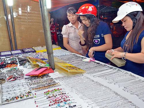 Các loại nữ trang rẻ tiền được bày bán tại chợ đêm Bình Tây Ảnh: Tấn Thạnh