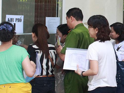 Phụ huynh nộp hồ sơ tại Trường Tiểu học Trần Hưng Đạo (quận 1) sáng 1-7