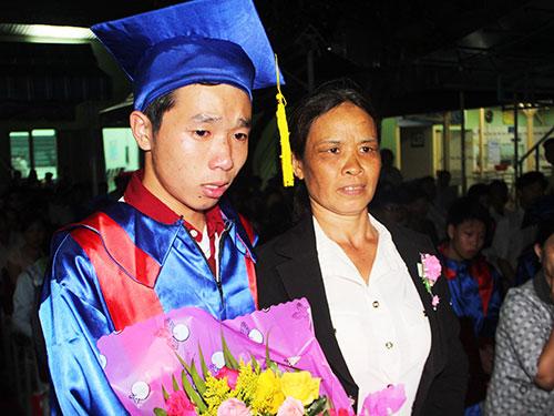 Em Phạm Sông Trường (bìa trái) và em Nguyễn Văn Hùng xúc động cùng mẹ trong lễ tri ân