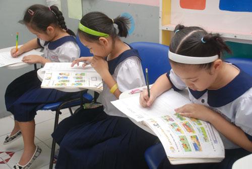Học sinh trong giờ học tiếng Anh tại Trường Tiểu học Nguyễn Bỉnh Khiêm, quận 1, TP HCM Ảnh: TẤN THẠNH