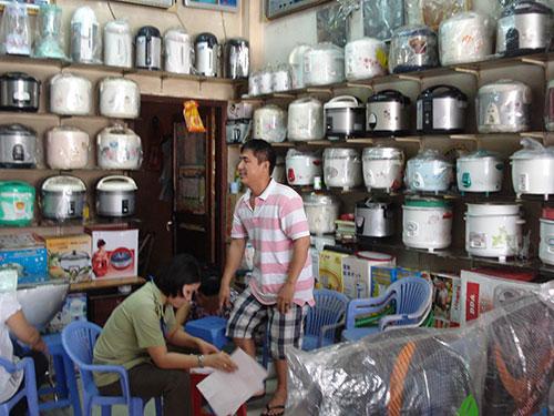 Lực lượng Quản lý thị trường TP HCM kiểm tra một cửa hàng bán nồi cơm điện có bán sản phẩm không chính hãng