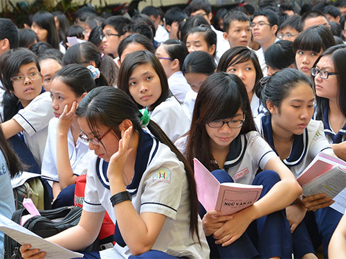 Học sinh Trường THCS Lý Phong, quận 5, TP HCM ôn bài trước giờ thi tốt nghiệp THPT năm 2013 Ảnh: TẤN THẠNH