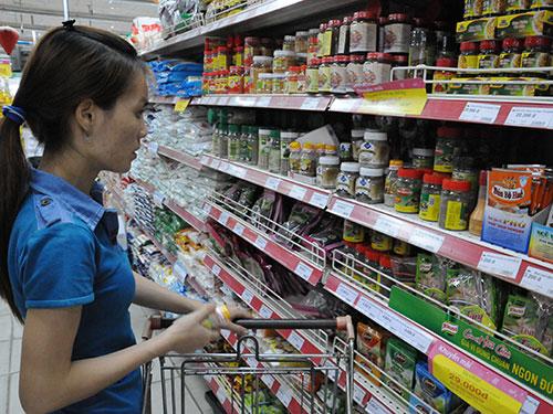 Khách hàng chọn mua gia vị tại siêu thị Ảnh: HỒNG THÚY